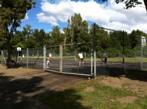 spelande på tennisbanan