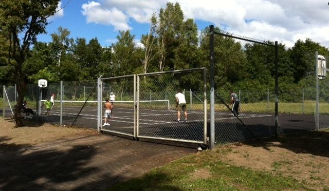 Tennisnätet på plats.