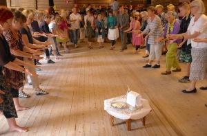 Dansmässan har sitt ursprung i Värmland och här dansar deltagarna på spelmansstämman i Ransäter. Foto: Anders Gustaf Östlund