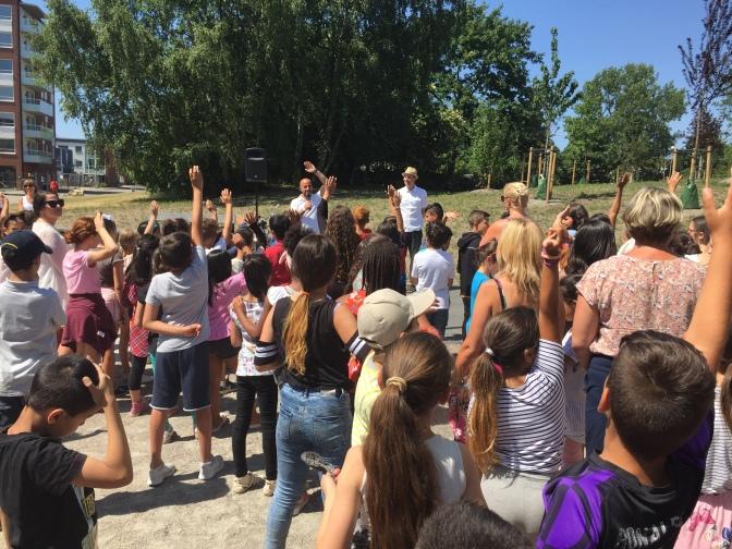 350 barn invigde körsbärlunden med körsbärsfika